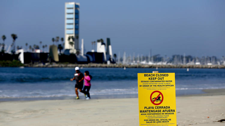 Long Beach closed due to sewage spill (Image by Gary Coronado / Los Angeles Times)